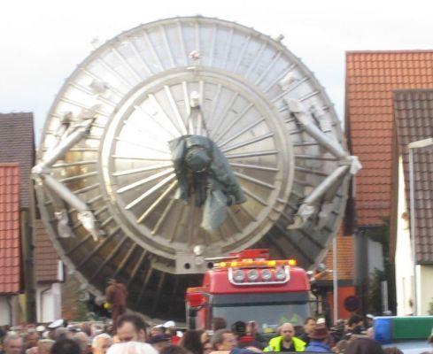 Transport obřího spektrometru KATRIN do výzkumného ústavu v Karlsruhe, průjezd městem Leopoldshafen v r. 2006. (Zdroj Wikimedia Commons CC, foto Magnus Manske)