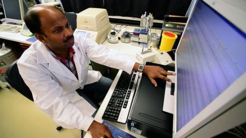 Diagnostická technika  RT-PCR v reálném čase pomůže identifikovat přítomnost koronaviru  přesně a v jednotkách hodin (Copyright foto D. Calma/IAEA)