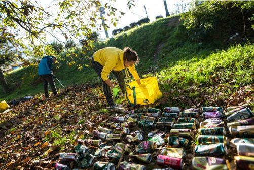 Čistění lesa, sběr lahví (zdroj: zalohujme.cz)
