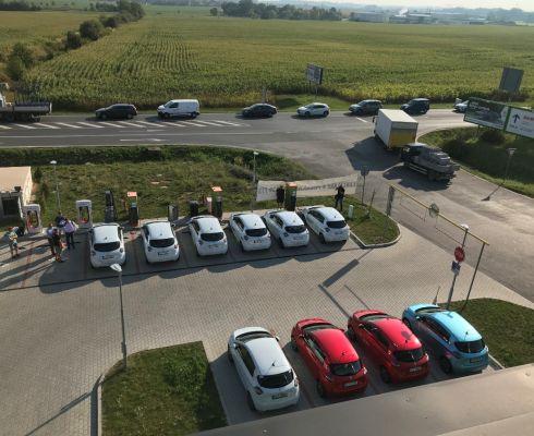 Dvanáct vozů Renault ZOE se u dobíječek ve Vestci vystřídalo je skupinkách po šesti (zdroj ČEZ)
