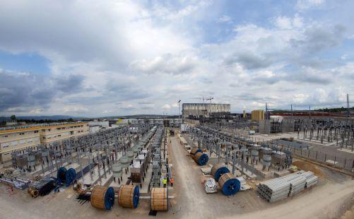 V sousedství budovy pro řízení jalového výkonu se nachází pole kondenzátorů, rezistorů a senzorů, jejichž cílem je vyhladit tok střídavého proudu uvnitř instalace ITER i v bezprostřední blízkosti staveniště (Credit © ITER Organization, http://www.iter.or