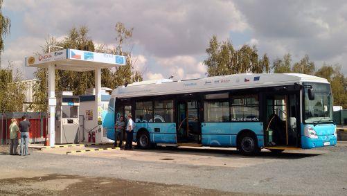 Trihybus UJV Řež u čerpací stanice na vodík (zdroj UJV Řež)