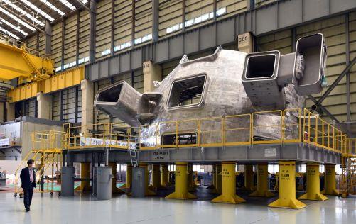 Přilbu gigantického rytíře připomíná první hotový sektor vakuové komory tokamaku ITER. Od prvního výkresu do zhotovení uplynulo deset let. (Credit © ITER Organization, http://www.iter.org/)