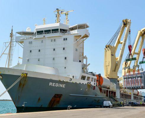 Ve středu 22. července byl v přístavu Marseille vyložen první sektor vakuové komory dovezený z Koreje. Byla to dlouhá a delikátní operace, která trvala déle než dvě hodiny. (Foto Emmanuel Bonici, Credit © ITER Organization, http://www.iter.org/)