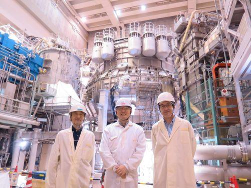 R. Maekawa (ITER, vlevo),  K. Natsume (QST, uprostřed) a S. Davis (Fusion for Energy, vpravo) v hale JT-60SA (Torus Hall) (Credit © ITER Organization, http://www.iter.org/)