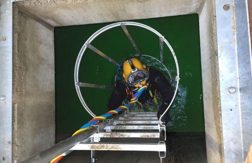 Koncem listopadu zkoumal potápěč pět dní hluboko pod hladinou 27 000 tun vody systém odvádějící teplo a kontroloval kritické oblasti, spáry a kouty mohutné betonové konstrukce (Credit © ITER Organization, http://www.iter.org/)