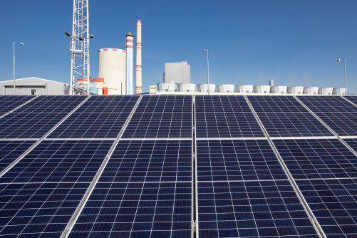 Testovací FV panely s ledvickou uhelnou elektrárnou v pozadí (zdroj ČEZ)