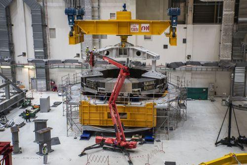 Po úspěšné čtyřhodinové zkoušce zdvihu z předchozího dne jsou operátoři připraveni. Před zahájením operace se provádí řada závěrečných kontrol. (Kredit ITER Organization, http://www.iter.org/)