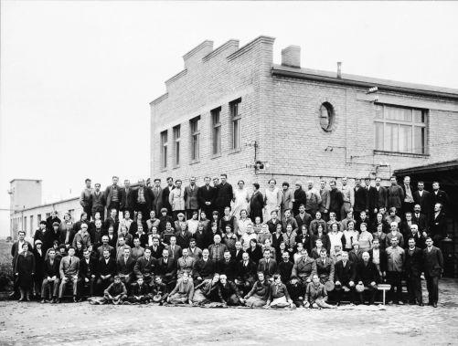 Společná fotografie zaměstnanců, rok 1929 (zdroj Prakab)