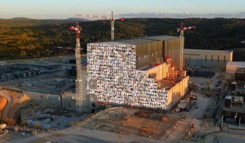 Každoroční společná fotka mužů a žen pracujících na ITER - letos kvůli pandemii netradičně.  Mozaiku sestavil EJF Riche - ITER Organization. (Credit © ITER Organization, http://www.iter.org/)