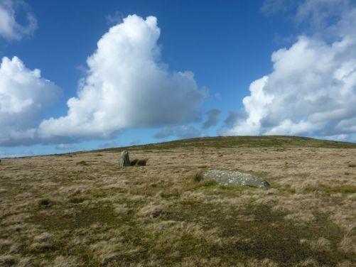 Jeden stojící a jeden ležící kámen, které zbyly na lokalitě Waun Mawn na vrchu Cnwc yr Hŷ (foto Hansjoerg Lipp, CC BY-SA 2.0, Wikimedia Commons)