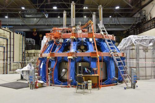 Modernizovaný ruský tokamak rozšíří provozní doménu strojů doplňujících ITER o experimentální program, který přispěje ke stanovení optimálních provozních parametrů pro ITER a budoucí fúzní reaktory. (Kredit: ITER Organization, http://www.iter.org/)