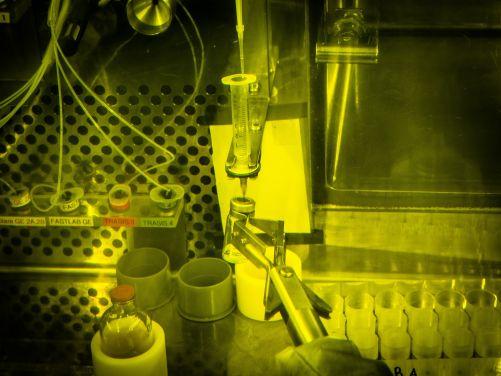Výroba radiofarmak v horké komoře. PET Centrum ÚJV (foto ÚJV Řež)