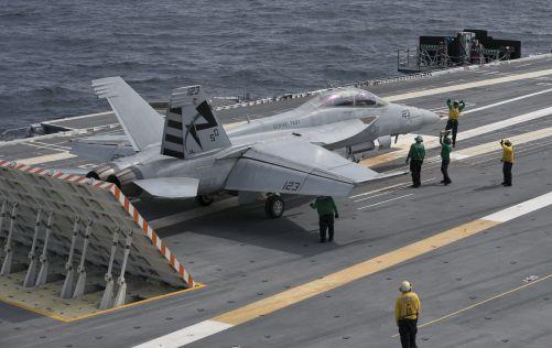 28. 7. 2017 připravují námořníci letadlové lodi USS Gerald R. Ford letadlo F/A-18F Super Hornet letecké zkušební a vyhodnocovací squadrony (VX) 23 na start pomocí elektromagnetického katapultážního systému. (foto U. S. Navy, Cathrine Mae O. Campbell)