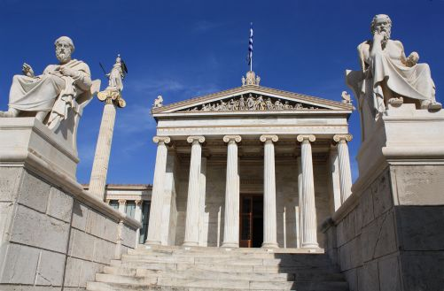 Platon a Aristoteles před budovou dnešní Akademie věd v Athénách (zdroj: Adobe Stock)