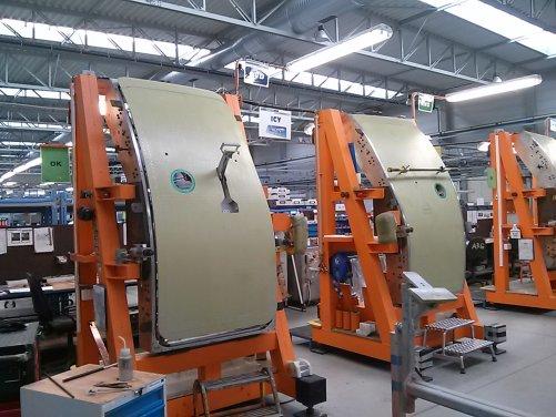 Výroba letadlových dveří v pražské výrobně Latecoere (foto M. Dufková)