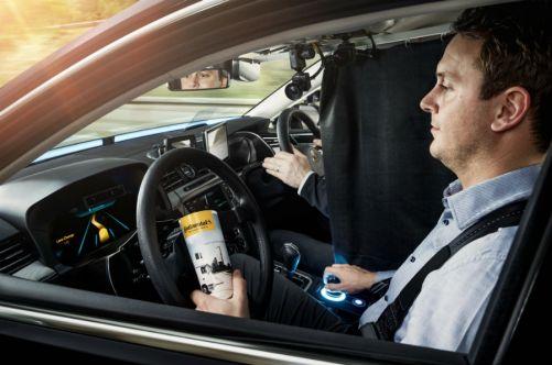 Do detailu propracované testovací vozidlo se zkouší v reálném provozu na běžných komunikacích. Speciálně vyškolený řidič sedí za skutečným volantem vpravo. (Zdroj: Continental)