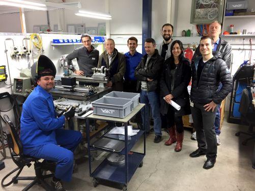 Sekce elektron-cyklotronové frekvence v ITER a Domácí agentura USA pracují s vnějším kontraktorem – švýcarskou společností VAT vyrábějící ventily – na vývoji nové mikrovlnné komponenty. Na obrázku jsou členové týmu ve firmě VAT během návštěvy na počátku t