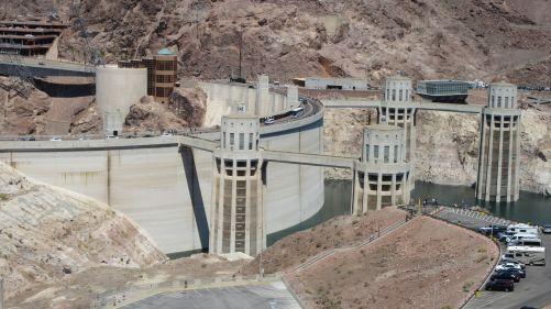 .:  Nejen záplavy, ale i sucho ohrožuje energetiku. Navzdory letošním bohatým jarním dešťům hladina jezera Lake Mead dlouhodobě klesá a je nyní asi 30 m pod normálem. Obrovská vodní elektrárna Hoover Dam na řece Colorado tak nemůže podávat plný výkon. Vto