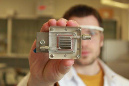 Obr.: Znečistěný vzduch vstupuje trubičkou na jedné straně, uvnitř se čistí a druhou stranou vystupuje čistý. (Credit: University of Antwerp)