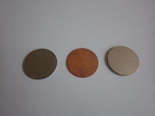 Vzorky potenciálních materiálů ukládacích obalových souborů - zleva uhlíková ocel, měď, titanová slitina (foto tým ÚJV Řež, a. s.)