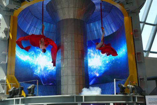 Tanečníci z Cirque du Soleil vystupují v maketě tokamaku KTM, který vévodí kazašskému pavilonu na Světové výstavě v Astaně (Credit © ITER Organization, http://www.iter.org/)