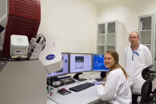 Petra Bublíková, vedoucí skupiny Výzkum degradace a životnosti jaderných materiálů, a Jan Lorinčík, vedoucí skupiny Prvkové a izotopické mikroanalýzy u elektronového mikroskopu TESCAN LYRA3 (zdroj: Archiv TESCAN)