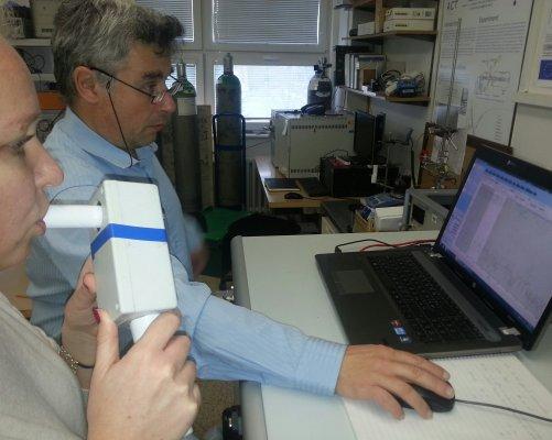 Vedoucí týmu, prof. RNDr. Patrik Španěl a Dr. Kseniya Dryahina u hmotnostního spektrometru SIFT-MS pro analýzu dechu. (Zdroj: Archiv Ústavu fyzikální chemie J. Heyrovského AV ČR)