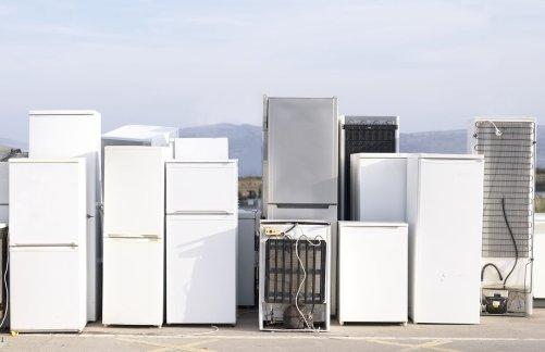 Staré ledničky likvidované v Číně obsahují CFC-11 v polyuretanové pěně, která tvoří izolaci dveří a stěn ledničky. Nesprávná recyklace uvolňuje do ovzduší milióny kg CFC-11. (Zdroj Adobe Stock)
