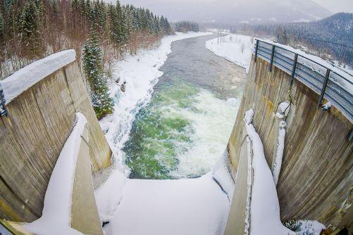 Pohled z hráze malé vodní elektrárny v norském Hardangervidda (zdroj Adobe Stock)