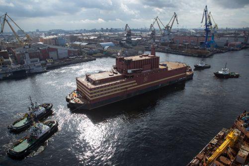 Vlečné lodě přesouvají plovoucí jadernou elektrárnu z doků do přístavu (zdroj Rosatom)