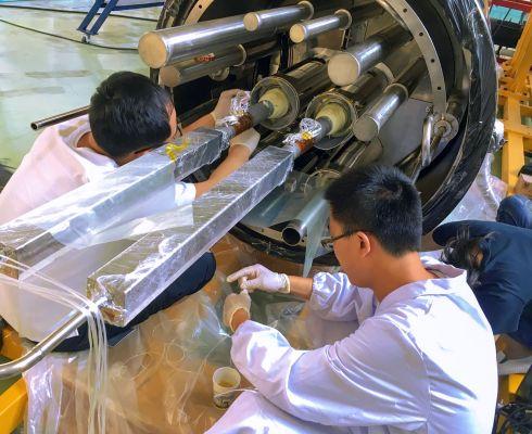 Průchodka kryostatem napáječe magnetu. Zde vidíte poslední fázi montáže v ASIPP [Institute of Plasma Physics of the Czech Academy of Science] v Číně. (Credit © ITER Organization, http://www.iter.org/)