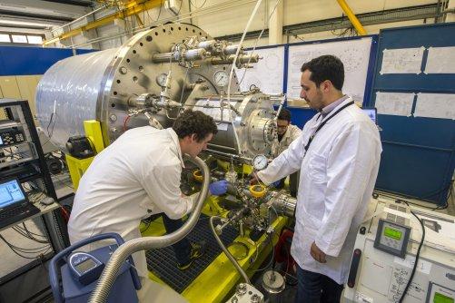 """""""Nikdo nikdy nevytvořil žádnou kryopumpu srovnatelnou s tímto strojem, '' říká vakuový inženýr Roberto Salemme (vpravo). Komponenta dlouhá 3,4 m, váha 8 t, se testuje v laboratoři vakuového týmu ITER v sousední CEA-Cadarache. (Credit ©ITER Organization, h"""