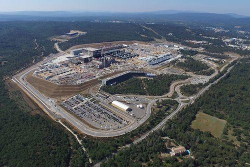 Tak tento obrázek těší každého příznivce jaderné fúze. 42 hektarů staveniště ITER v srpnu 2018. (Credit © ITER Organization, http://www.iter.org/)