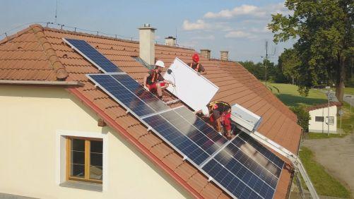 Profesionální instalace domácí fotovoltaické elektrárny (zdroj E.On)