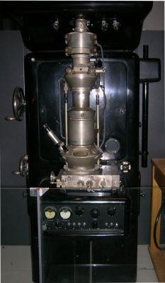 První elektronový mikroskop Ernsta Rusky (Berlin 1933). Replika Ernsta Rusky z r. 1980, poprvé opatřen dvěma čočkami. Zvětšení asi 12 000×. Exponát z Deutsches Museum v Mnichově. (Zdroj Wikimedia Commons)