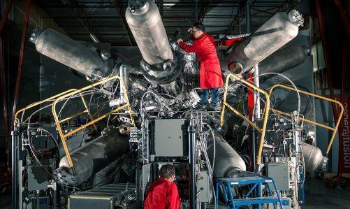 """Zařízení T4 soukromé společnosti General Fusion používá ke stlačení plazmoidu rázovou vlnu v tekutém kovu generovanou """"ježkem"""" pneumatických pístů (Credit © ITER Organization, http://www.iter.org/)"""
