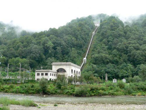Hydroelektrárna na řece Rice s přivaděčem vody z přehrady na řece Tereble (foto autor)