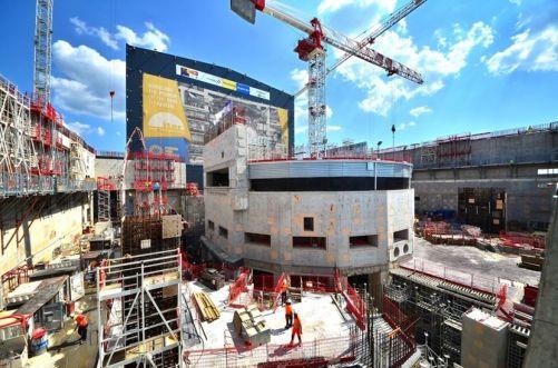 Biologické stínění - šestiúrovňová 30 m vysoká stavba uprostřed Budovy tokamaku - bylo dokončeno počátkem tohoto roku. (Credit © ITER Organization, http://www.iter.org/)