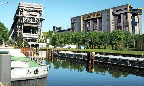 Téměř 80 let od sebe dělí starou a novou lodní zdviž v brandenburském Niederfinowu. Princip zůstal zachován, stavební technologie však upřednostnila železobeton. (Foto Tůma)