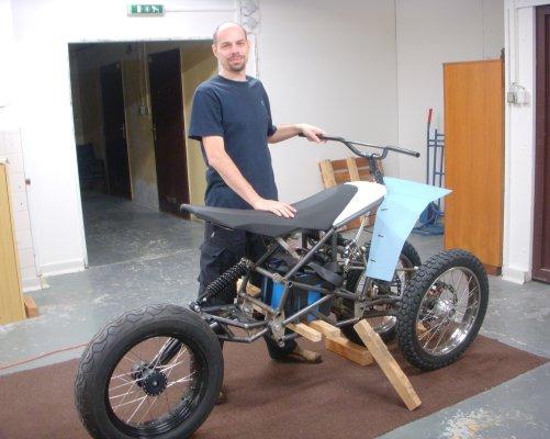 Jaroslav Frais se svou elektrickou tříkolkou (foto Martin Bořil)