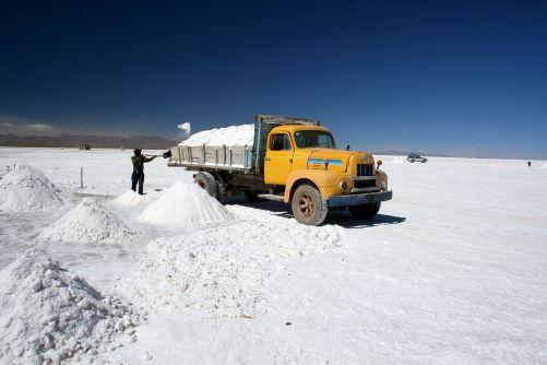 Salinas Grandes v severní Argentině. Pracovníci extrahují uhličitan lithný ze solných ploch v nadmořské výšce 4 000 metrů. (Zdroj Adobe Stock)