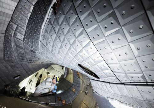 Vakuová komora stelarátoru Wendelstein W7-X je nově vybavena 8 000 uhlíkovými obkladovými deskami a deseti divertorovými moduly (Credit © ITER Organization, http://www.iter.org/)